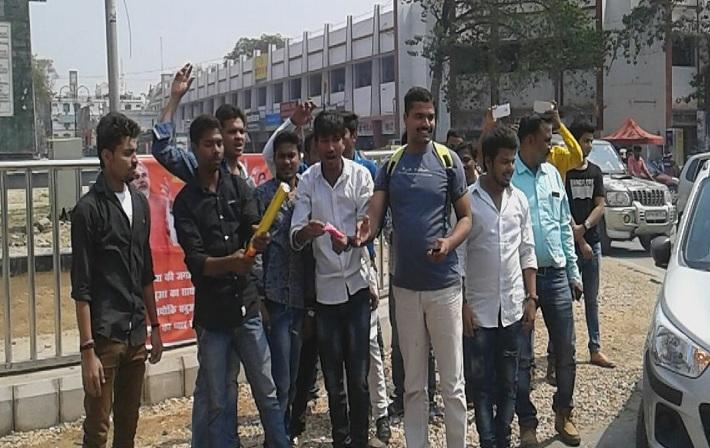 जीत को होली से पहले BJP कार्यकर्ताओं ने मनाई दीवाली, फोड़े पटाखे.