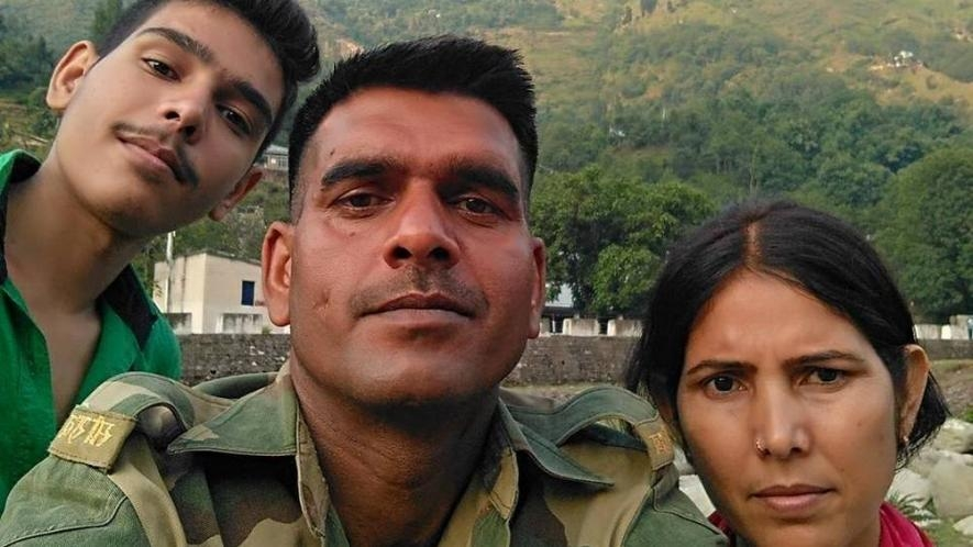 tej_bahdur_yadav_with_family.jpg